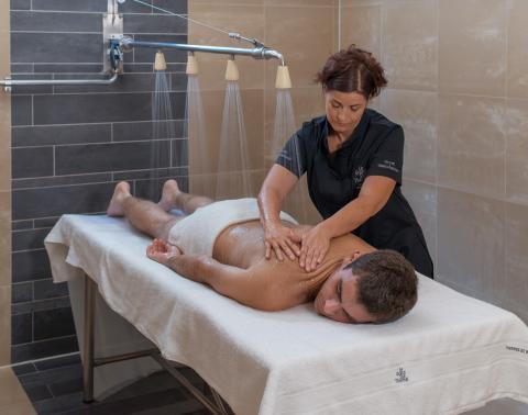 Massage sous affusion d'eau thermale